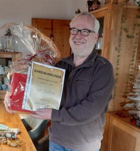 Joachim Seibold freut sich über 40 Jahre in der Postsportgemeinschaft Calw!